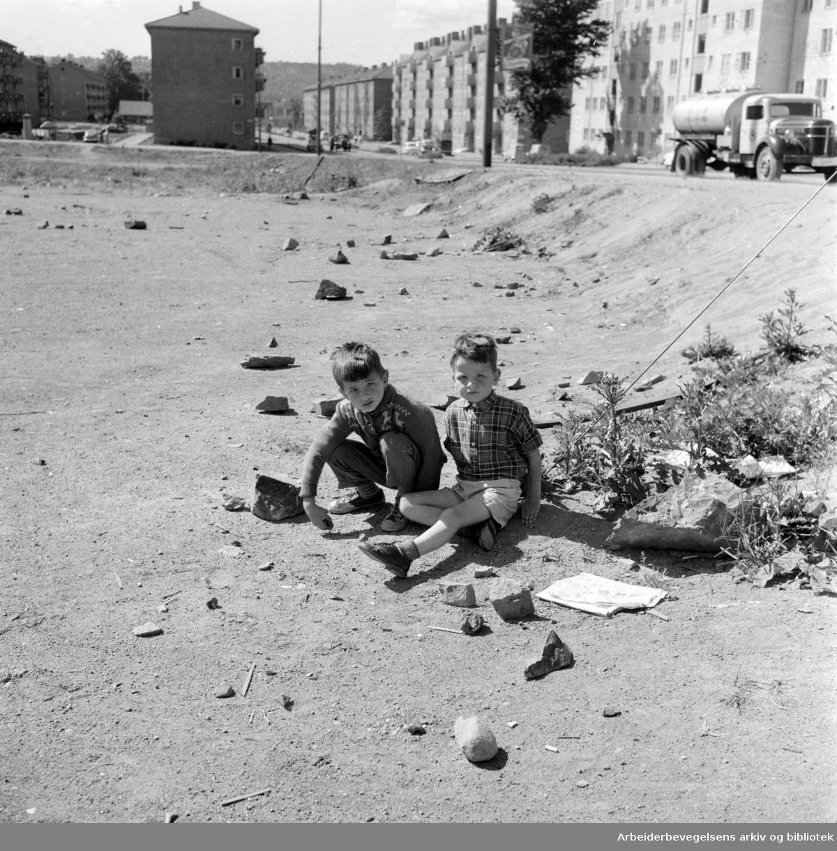 Tøyen . Barna vil beholde løkka ved Ola Narr. Juni 1959