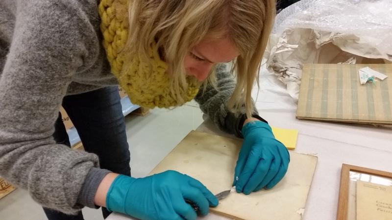 Teknisk konservator arbeider med sikring av papirmateriale fra Grini. Foto MiA. (Foto/Photo)