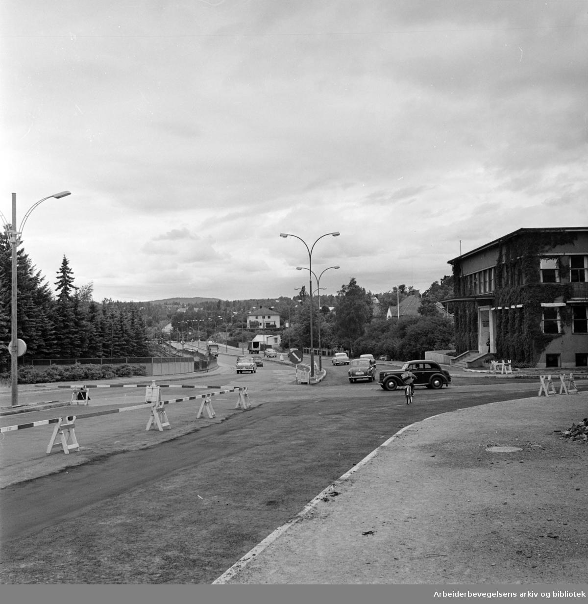 Sørkedalsveien får dobbelt kjørebane. August 1961