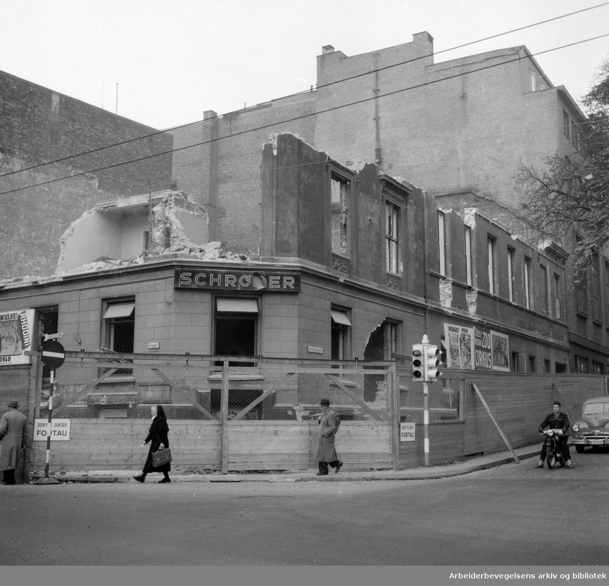 Torggata 14. (Gamle Oslo Arbeidersamfund) rives. Oktober 1954