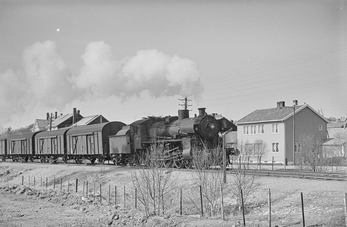 Underveisgodstog fra Trondheim til Hamar kjører ut fra Røros. Toget trekkes av damplokomotiv type 26c nr. 413.