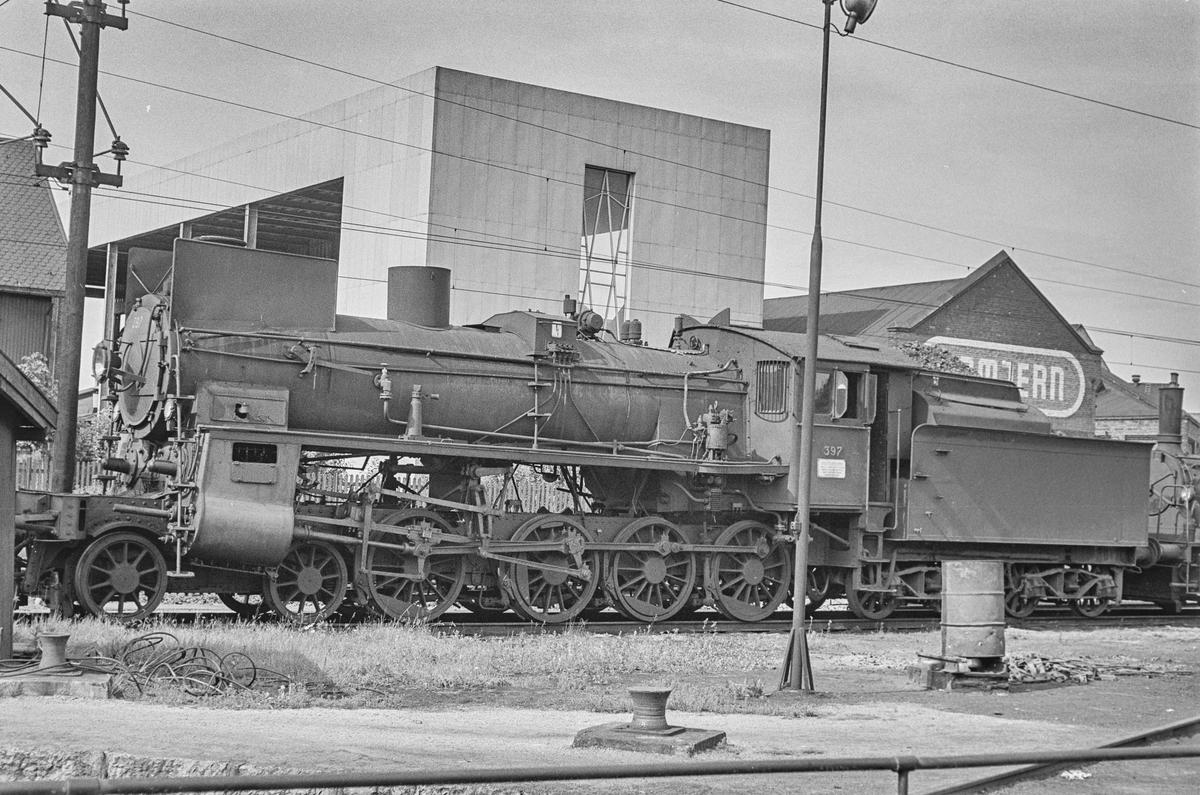 Utrangert damplokomotiv type 26c nr. 397 ved lokomotivstallen på Hamar stasjon. .