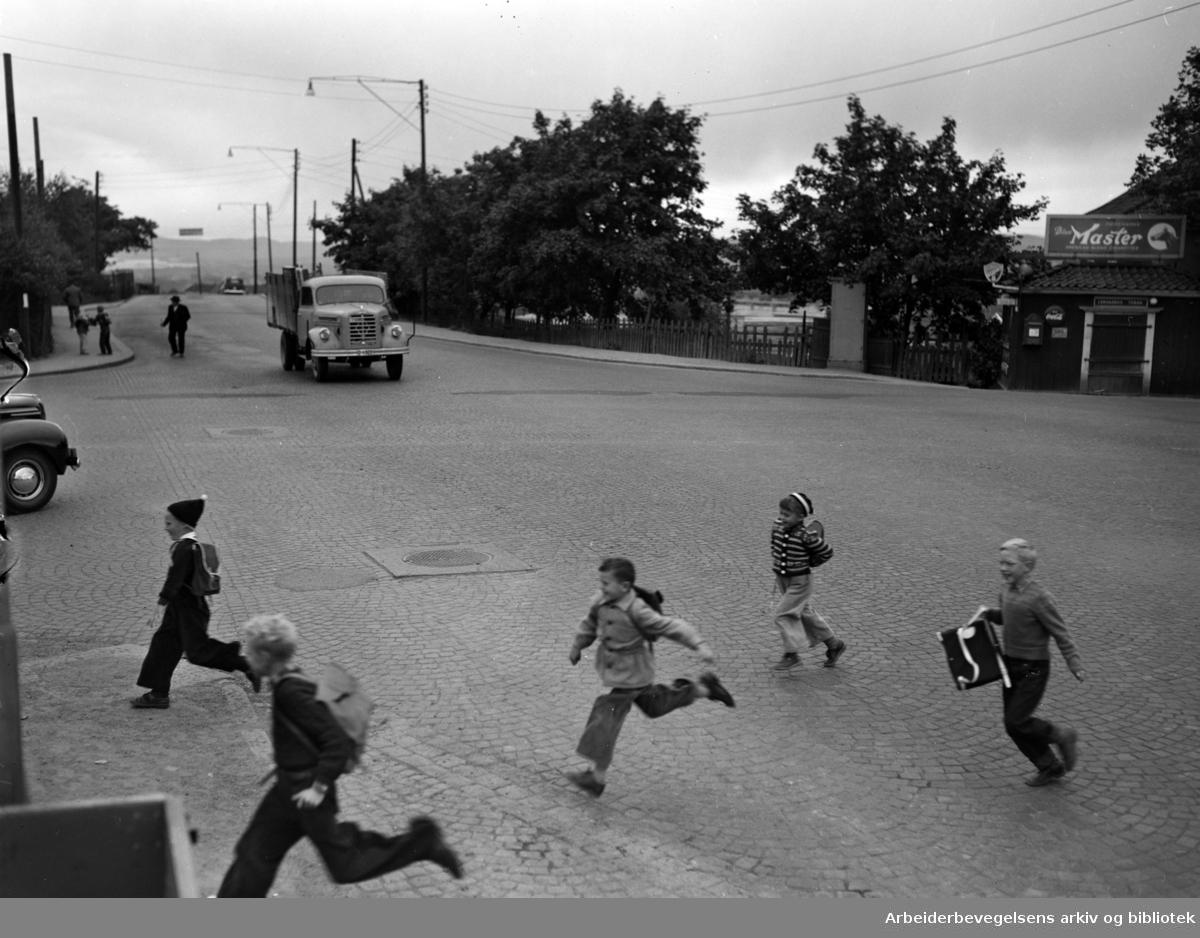 Sinsen, bebyggelsen..Farlig overgang ved Sinsenkrysset.September 1952