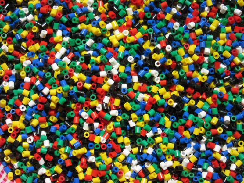 Foto av plastperler i ulike farger