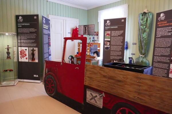 Eidsvoll amatørteater utstilling i prestegården med bil. Foto/Photo