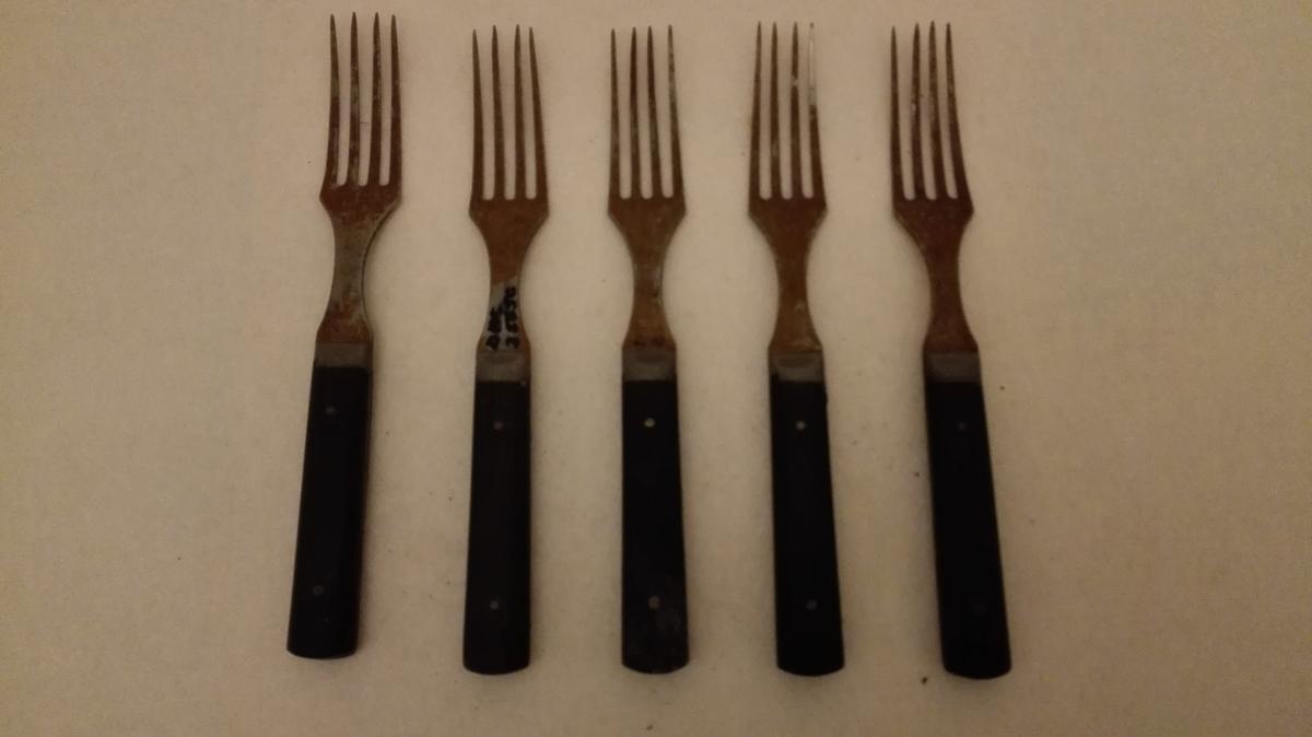 Form: Rel. flate gaflar Skaft av same type som DHS 25003, derfor vil det vera rimeleg å tru at produsenten er den same. Uråd å finna noko prod. stempel