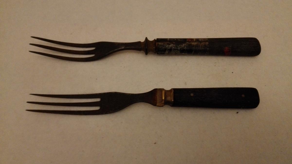 Form: 3 lange tindar. a) har massingholk og 6-kanta 2-delt skaft der tangen er gjennomgåande. b) har ovalt tverrsnitt i skaftet