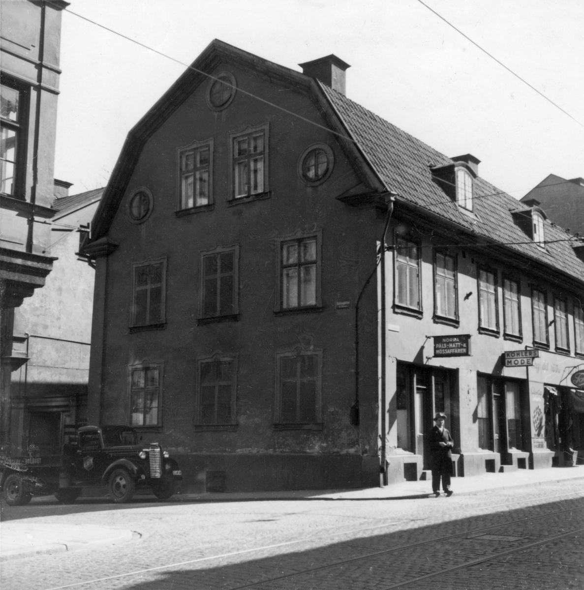 Arnbergska gården i hörnet av Vattengatan och Norra Kungsgatan. Här stiftades 1828 Musikaliska Sällskapet, ett av sveriges äldsta kammarkörer. Under rivningen 1954 hittades en väggmålning från sent 1700-tal. Byggnaden var ett av få hus som klarade sig undan 1820 års storbrand.