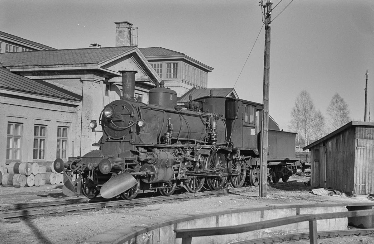 """Utrangert damplokomotiv type 27a nr. 220 ved """"Nystallen"""" på Lillestrøm stasjon."""