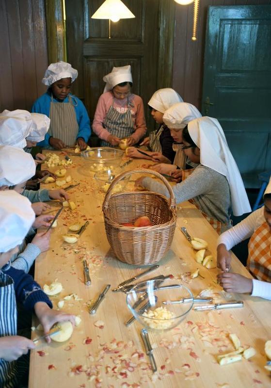 Små kokker skreller forskjellige grønnsaker og har felles matlaging på kjøkkenet. Søster Wold lar seg imponere! (Foto/Photo)