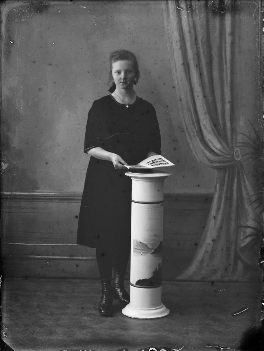 Ateljéporträtt - ung kvinna, Alunda, Uppland