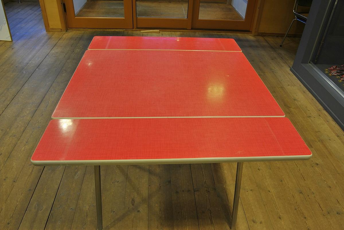 Rektangulært bord med to plater som kan dras ut for å forlenge.