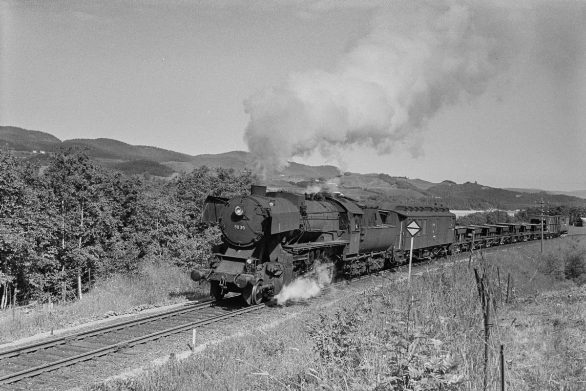 Arbeidstog / grustog på Størenbanen, trukket av damplokomotiv type 63a nr. 5839.