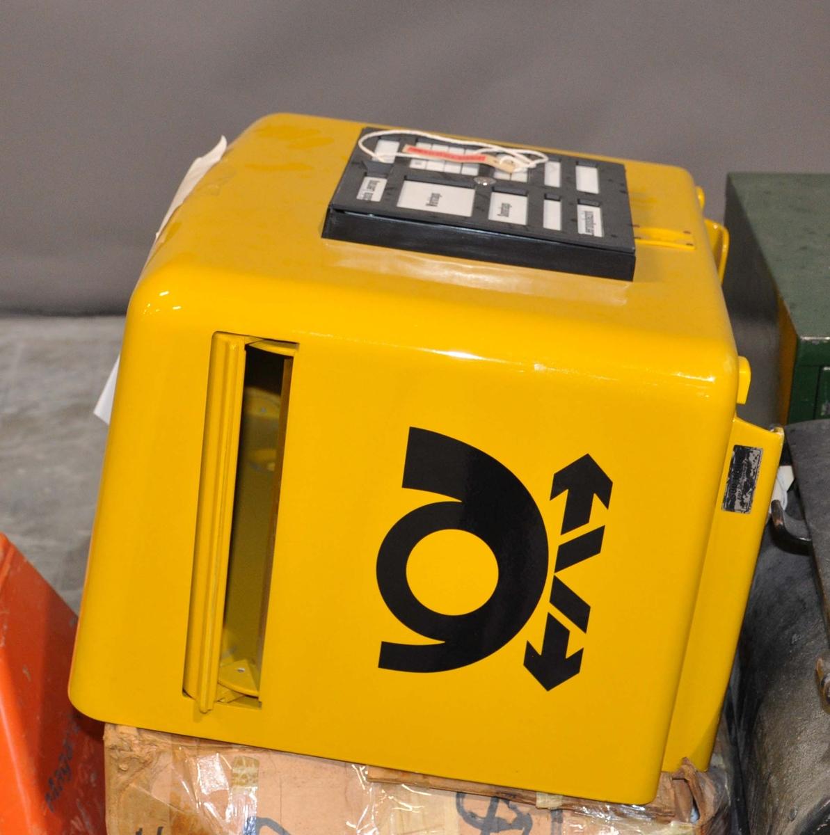 Gul, tysk tømmepostkasse for tømmeapparat, med tømmeplan. Svart posthornemblem