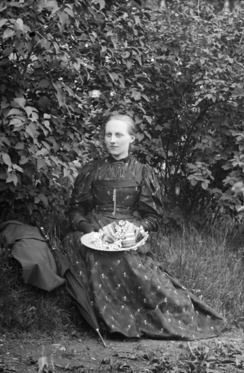 Portrett av Marie Teige f 1868, Nord-Fron, pyntet med hatt i hendene.