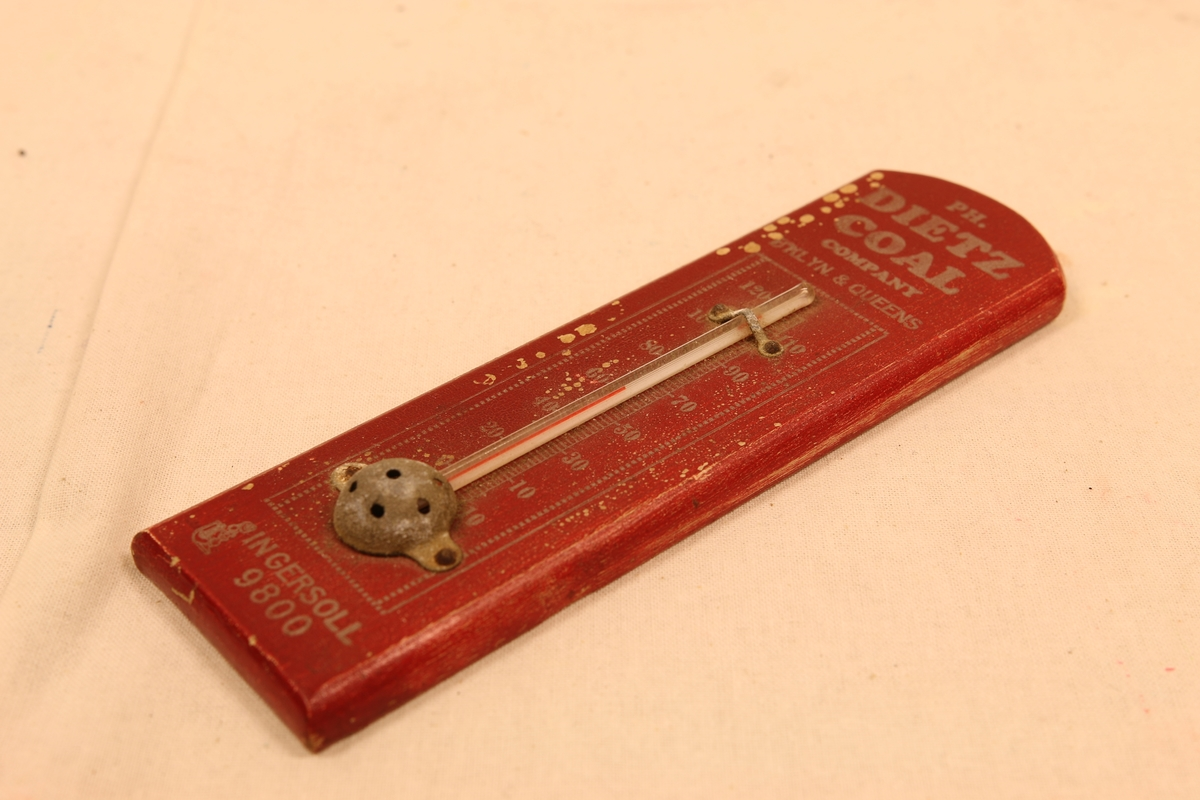 """Et vegg termometer fra """"PH.Dietz Coal company. B'klyn &Queen's Med et telefonnr. Inger Soll 9800. Bruksanvisning på baksiden på engelsk """"Made in USA"""" Borfmann Bros. Manufagturers of Thermometers 3316-106th St. Corona N.Y."""