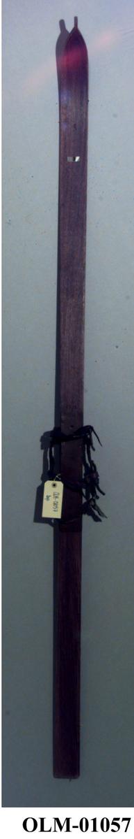 Med Huitfeldsbinding-tåjernsbinding fra 1894 og lærrem rundt hælen.