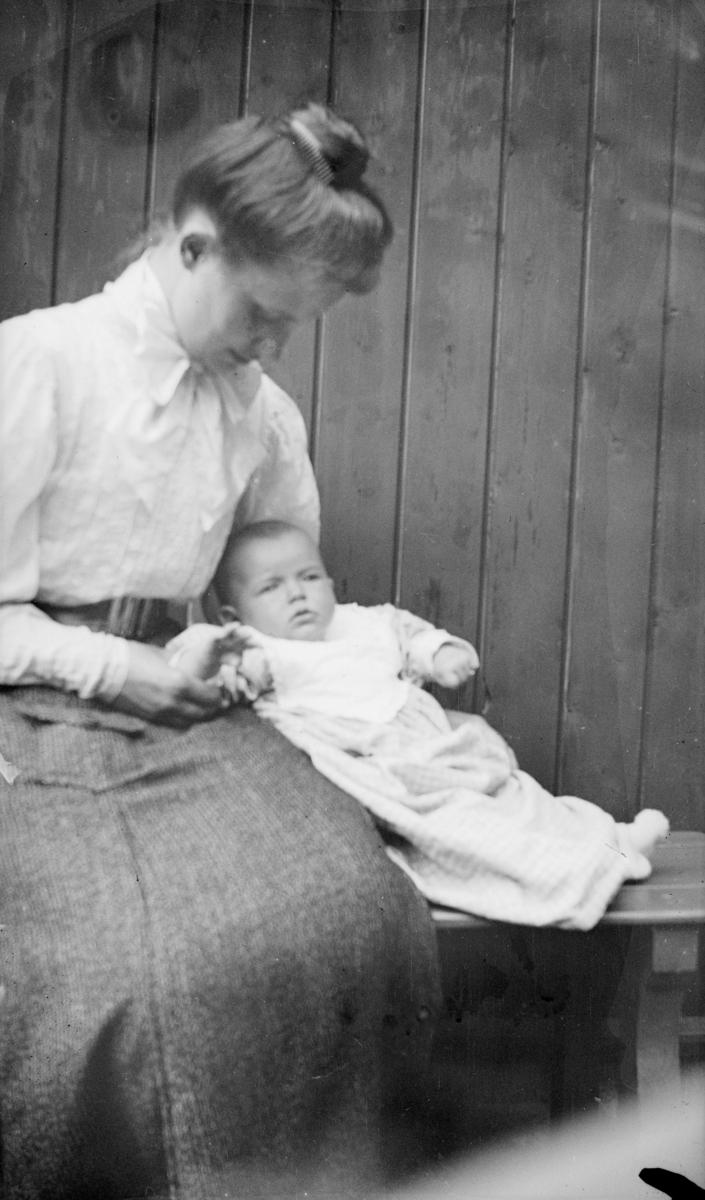 Borghild Groth med lite barn