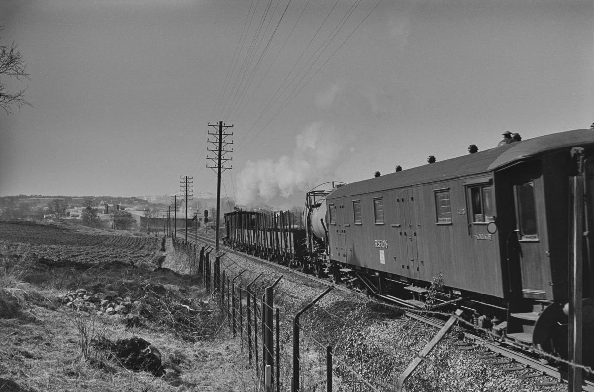 """""""Ranheimsekspressen"""", også kalt """"Ranheimskippen"""", et kipptog som ble kjørt mellom Trondheim og Ranheim. Toget trekkes av damplokomotiv type 23b nr. 460. Bakerst i toget Reisegodsvogn Fo 14015."""
