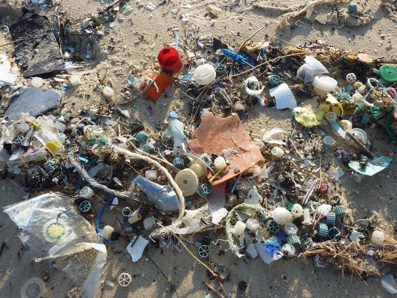 Plastikksøppel på strand.