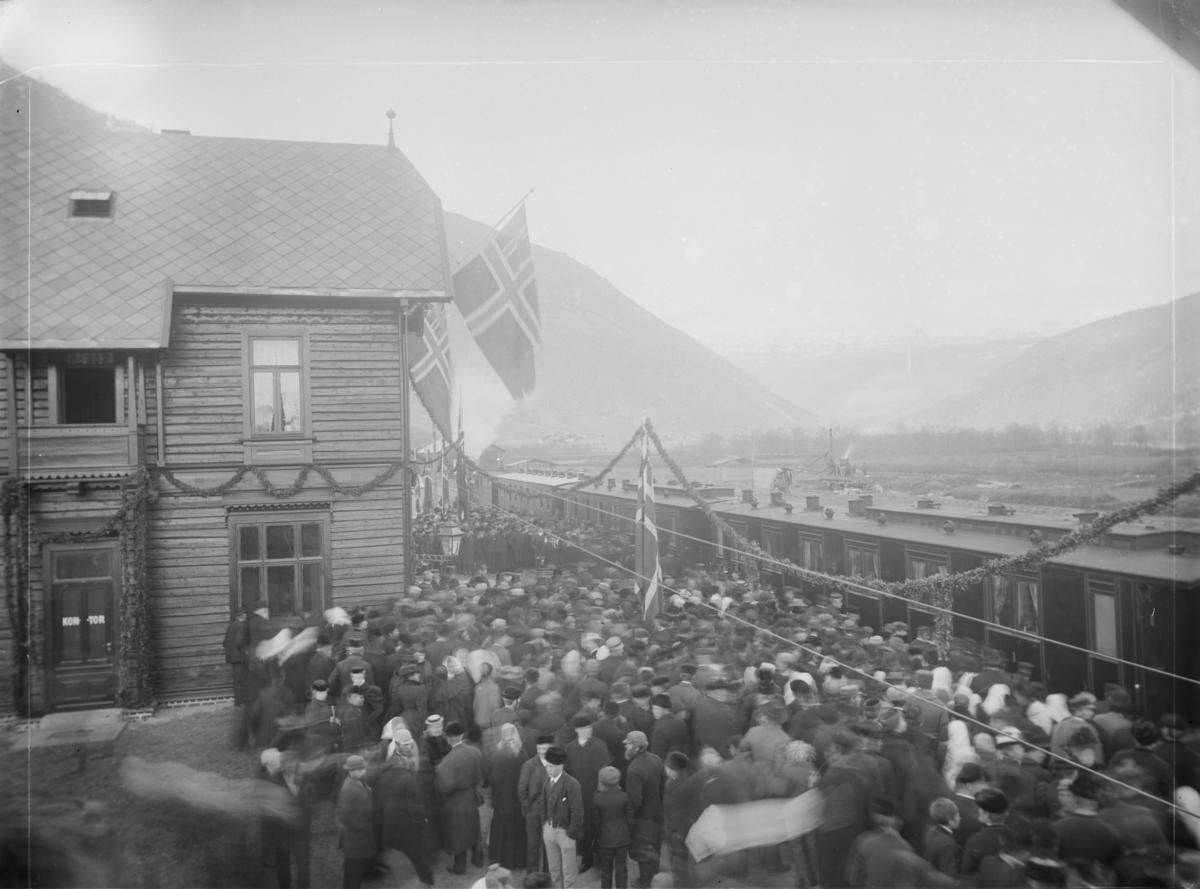 Innvielsestoget, opning av jernbanen til Otta stasjon, togsettet med pyntet stasjon og oppmøtte persone
