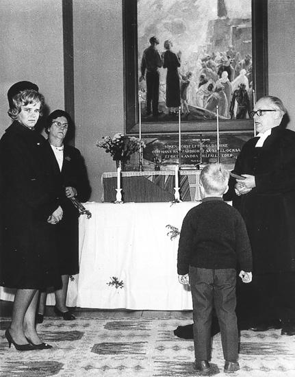 Gerd Hedström fick medalj för hon räddat livet på lille Malte när han höll på att drunkna i Mangslidsälven. Fr v: Gerd Hedström, Maj Wass, Malte Persson, Stellan von Berger.