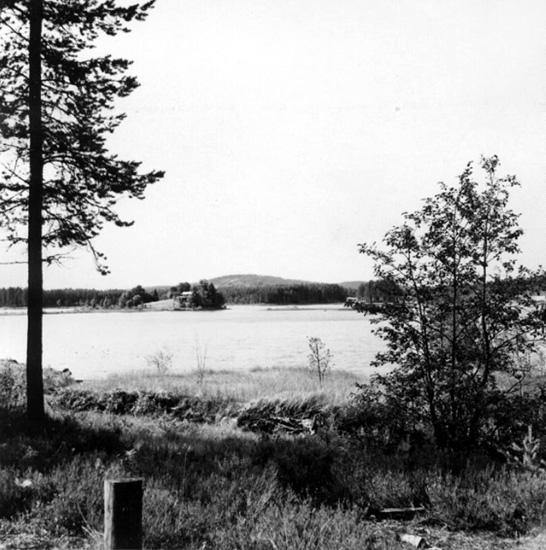 Bildarkivet vid Torsby Finnskogscentrum består till stor del av fotografier från de samlingar som sammanställts av finnbygdsforskarna Sigurd Bograng, Richard Broberg och Bror Finneskog. Fotografierna är tagna under forskningsresor i Värmlands finnskogsbygd under 1900-talet. Samlingarna innehåller också bilder tagna av privatpersoner och som donerats till Finnskogscentrum.  Samtliga bilder är belagda med öppen licens (CC-BY-SA) och är fria att använda om annat ej anges. Sjön Dypen i S:a Finnskoga, där enligt sägnerna ett stort antal finnar skulle ha dödats av svenskarna och dränkts i sjön. Kärnan i sägnerna är ett enstaka mord hösten 1648 vid ett gräl mellan två jaktsällskap.