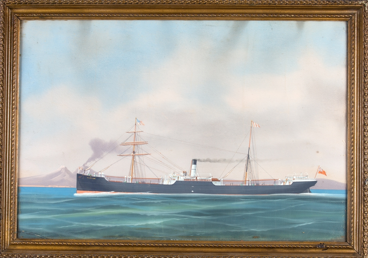 Skipsporett av DS POWHATAN under fart ved innseilingen til Napoli med vulkanen Vesuv i bakgrunnen. Fører det amerikanske flagg i formasten samt det britiske handelsflagg akter (Red Ensign).