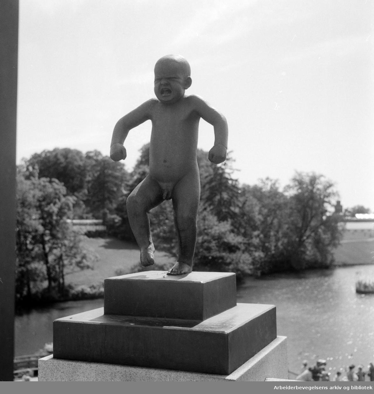 Vigelandsanlegget. Skulpturer av Gustav Vigeland. Sinnataggen. Juni 1955