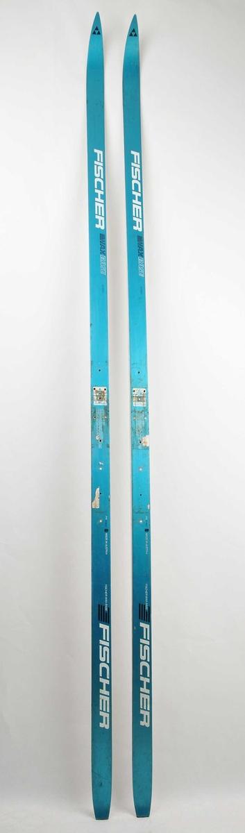 Langrennski laga av glasfiber, med såle av plast. Blå overside, med kvit skrift. Bruksslitasje.