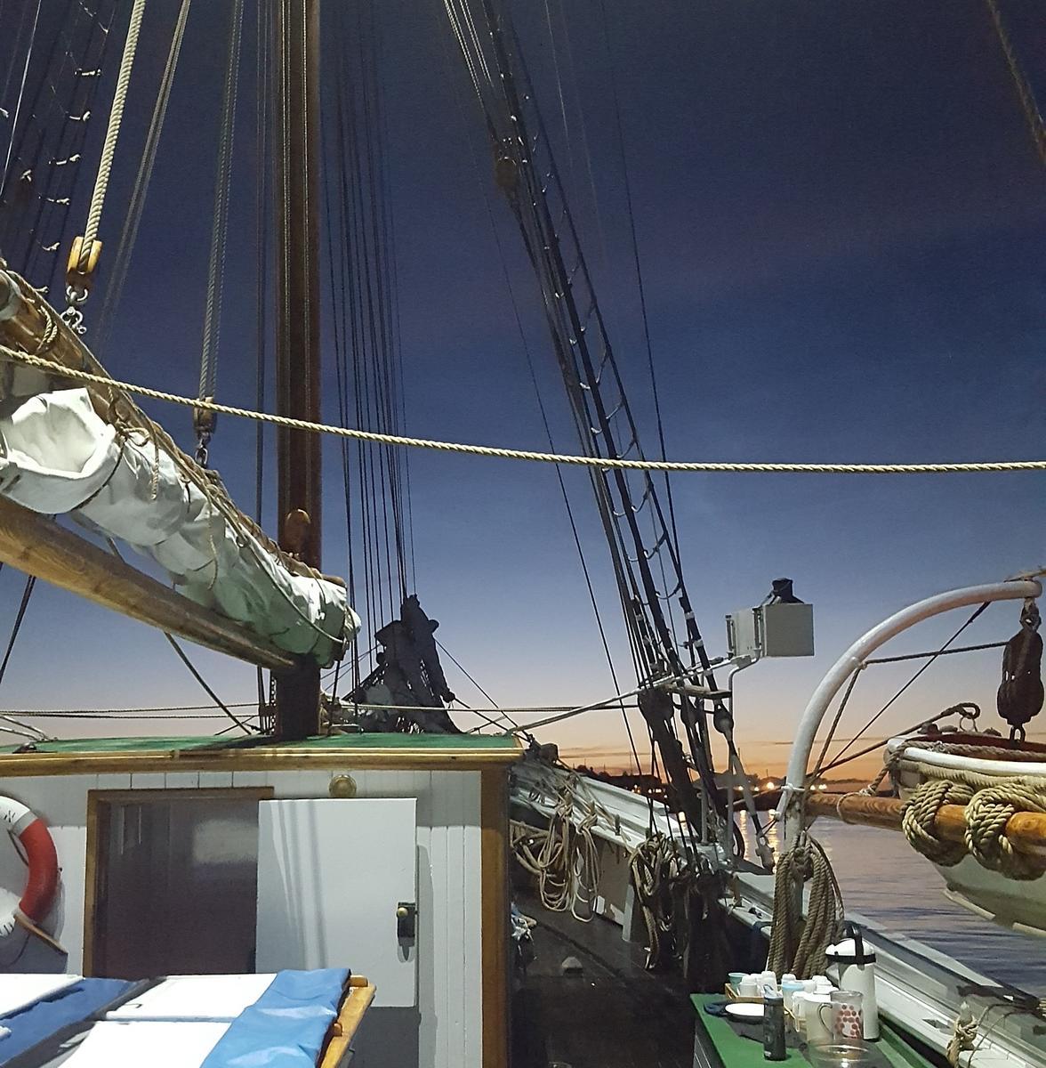 """Detalj av skonnerten """"Svanen"""", mast med rigg, detalj av livbåt, mørkeblå himmel. (Foto/Photo)"""