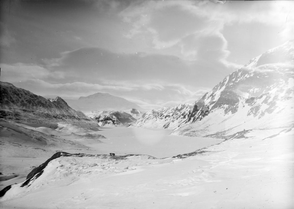 Jotunheimen, oversiktsbilde over Gjende mot Memurubu. Vinterbilde