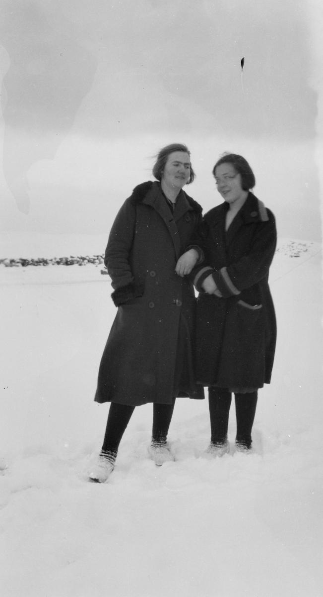 To kvinner arm i arm