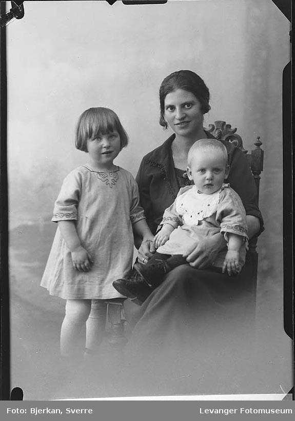 Gruppebilde av Agnes Lonås med barn