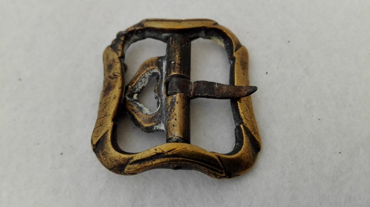 2 par knæspænder av messing (9329 - 30).  To par messing knæspænder av alm. type, det ene par mindre end det andet.  Kjöpt av landhandler Theodor Lindström, Lærdal.