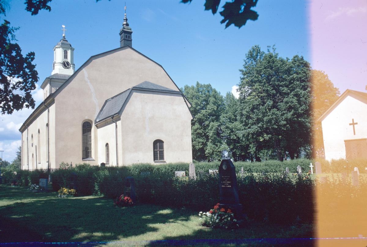 Hedsunda kyrka och kyrkogården.