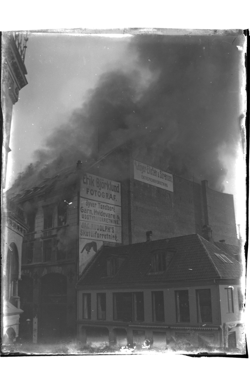 Brann i bygård, antagelig storbrannen i Kongens gate 20 i Kristiania. Fotografert 1903.