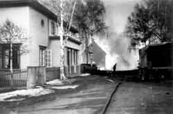 Murbygget Solbraa i St. Olavs gate 5 klarer seg gjennom bombingen. Fotograf ukjent/ Glomdalsmuseets fotoarkiv.