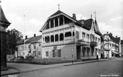Hotell Central i all sin prakt før bombingen. Foto: Erling Syringen/ Glomdalsmuseets fotoarkiv.