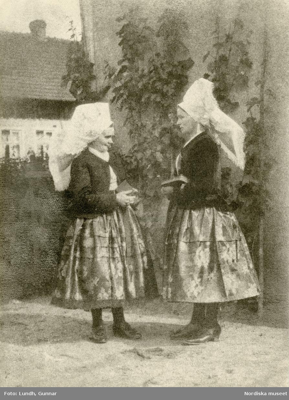 Spreewald, Tyskland. Kvinnor i sorbiska dräkter med vita huvudkläden