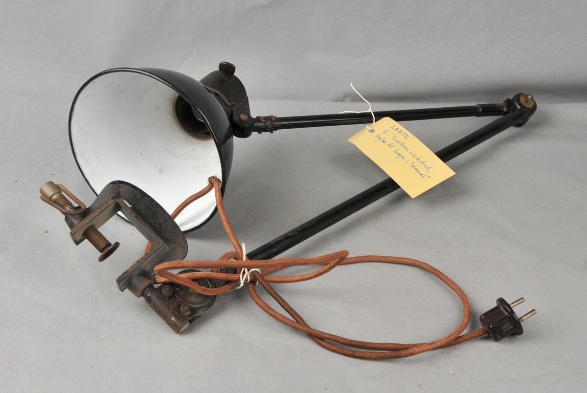 Arbeidslampe med todela arm og bordfeste.