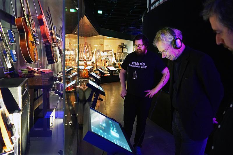Bill Bruford studerer utstilling Rockens verktøy, med Kristian Krokfoss og Morten Haugdahl.