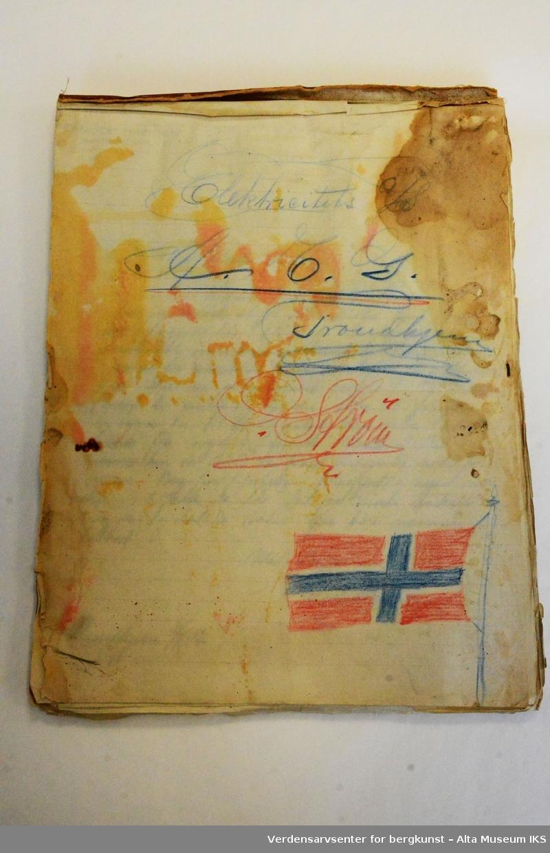 Bunke med maskinskrevne ark. Et hefte, eller blokk, med håndskrevne notater.