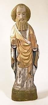Stående apostel med mantel i guld med blå innersida och vit livklädnad. Ramponerad bok i vänster handen. Högra handen förlorad. Polykromi jämförelsevis välbevarad.
