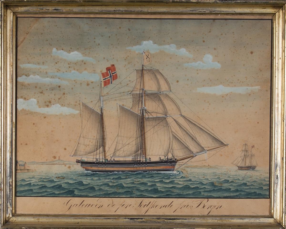 Skipsportrett av galeas DE FIRE SØDSKENDE for fulle seil. Til venstre i motivet sees Kronborg slott. TIl høyre i motivet sees samme fartøy fra akter. Fartøyet fører rent, norsk flagg og flagg med kjenningssignal X 71.