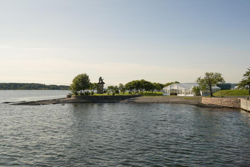 To partytelt på uteområdet til Norsk Maritimt Museum, sett fra sjøsida.