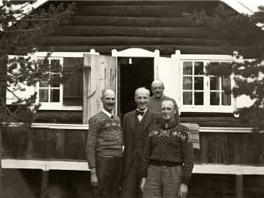Kongen og Kronprinsen utenfor hytta Trangen i Balsfjord. Mellom 2. mai og 7. juni 1940 oppholder Kongen seg her. Foto: Nikolai Ramm Østgaard/De kongelige samlinger.