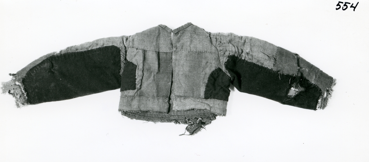 Foto av gamal jakke. Jakka har vore til registrering ved Norsk Folkemuseum.
