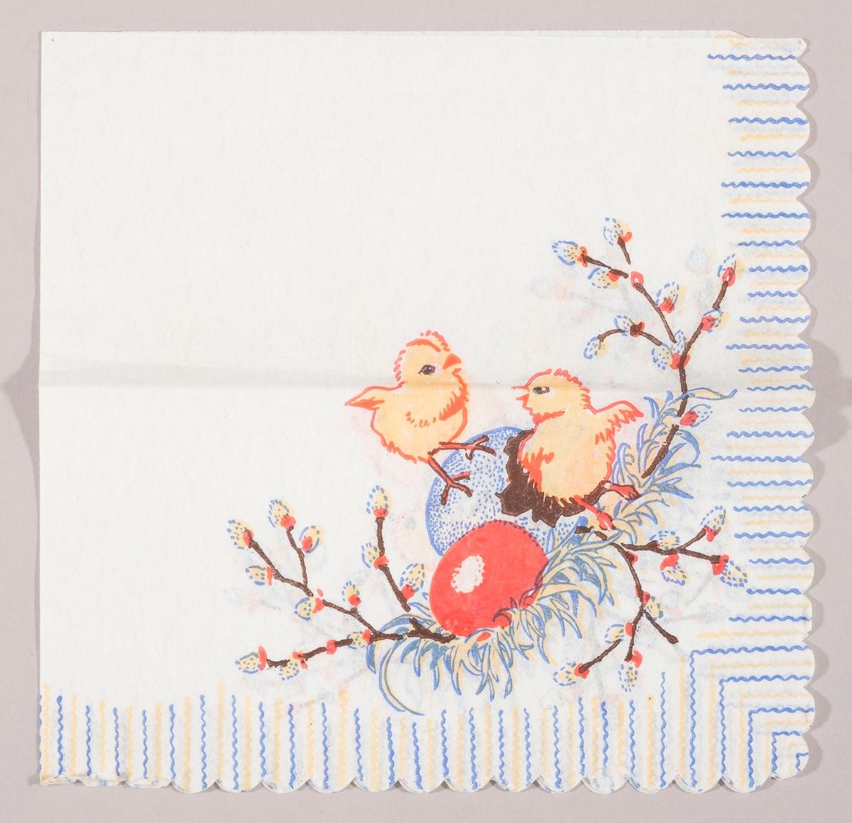 """Et rede med et rødt påskeegg og skallet av et blått påskeegg og to kyllinger. Grener med """"gåsunger"""". Striper i blåt og gull langs kanten."""