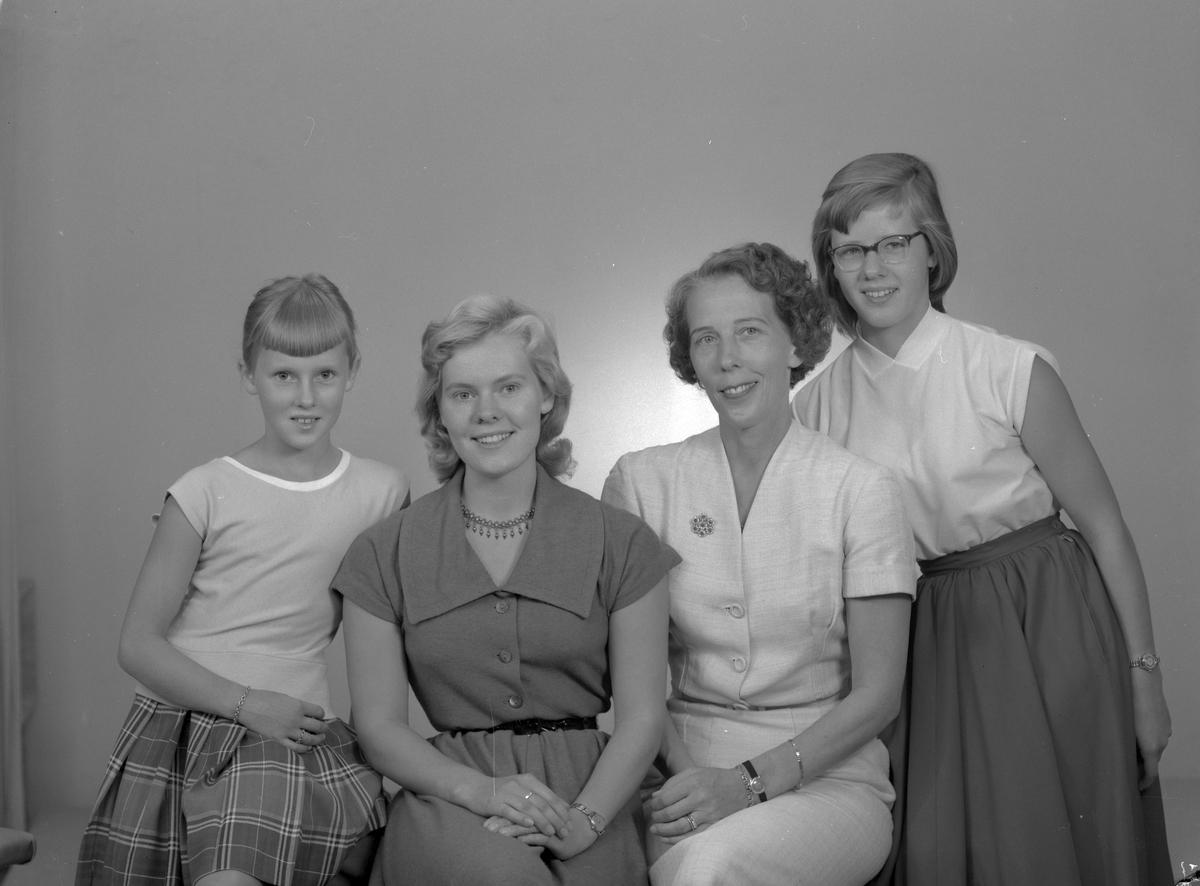 Fru Bjurholm med döttrarna, Valbogatan 44, Gävle. Den 13 september 1956